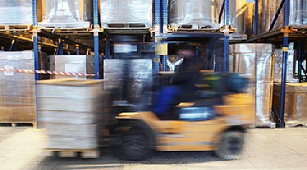 Ekspres Vikar, Fleksibel Fastansættelse, sløret billede af mand der kører en gaffeltruck på et lager