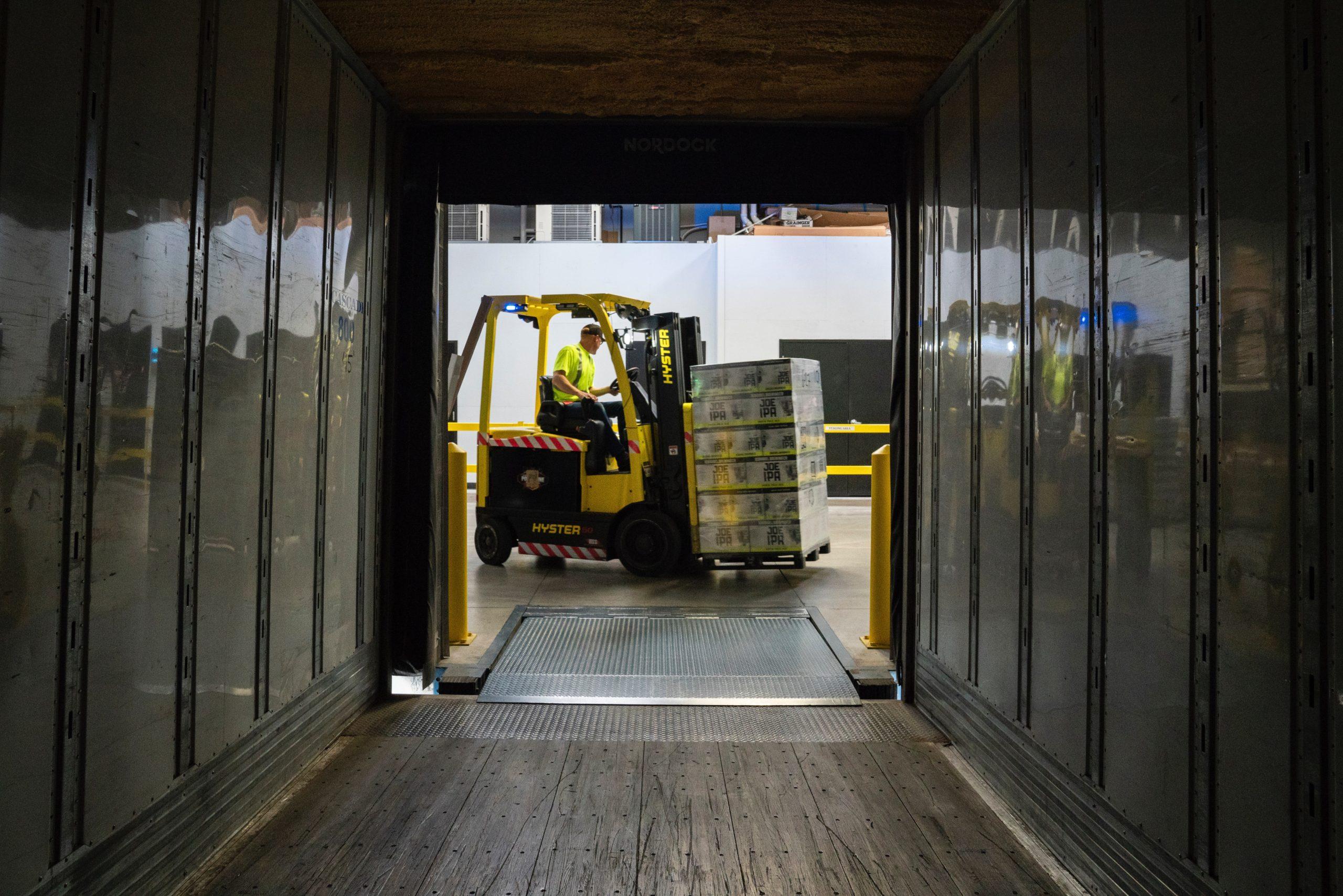 Ekspres Vikar, try&hire, mand kører gaffeltruck med palle ind i container